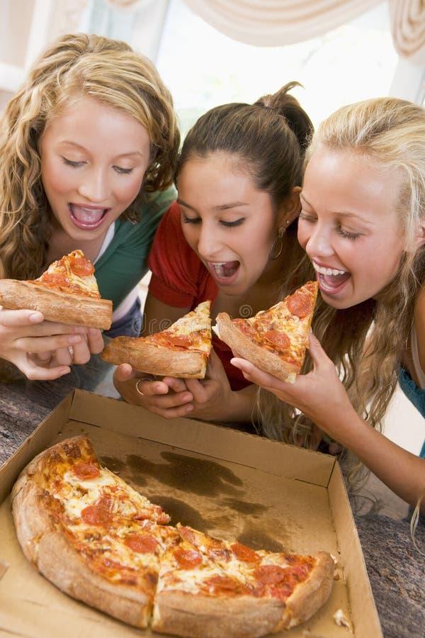 Adolescentes que comen la pizza imagenes de archivo