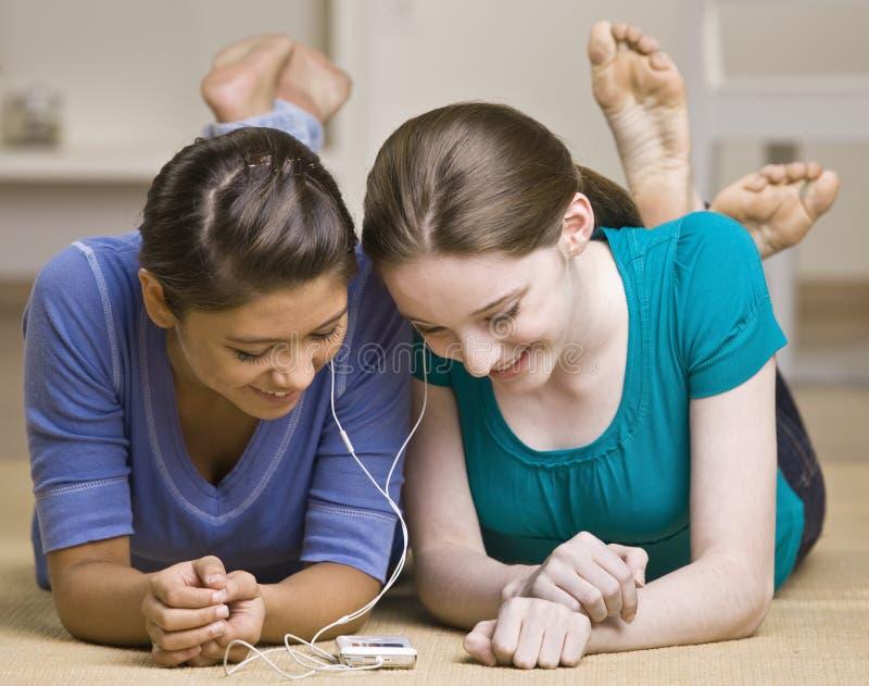 Adolescentes que comparten al jugador mp3 imágenes de archivo libres de regalías