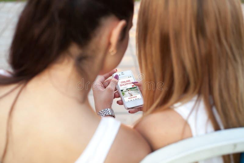 Adolescentes que compram em linha imagem de stock