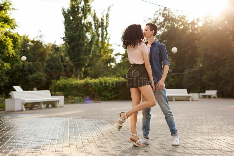 Adolescentes que dançam no parque foto de stock