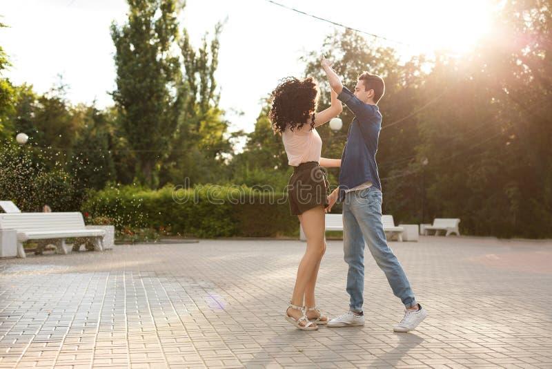 Adolescentes que dançam no parque foto de stock royalty free