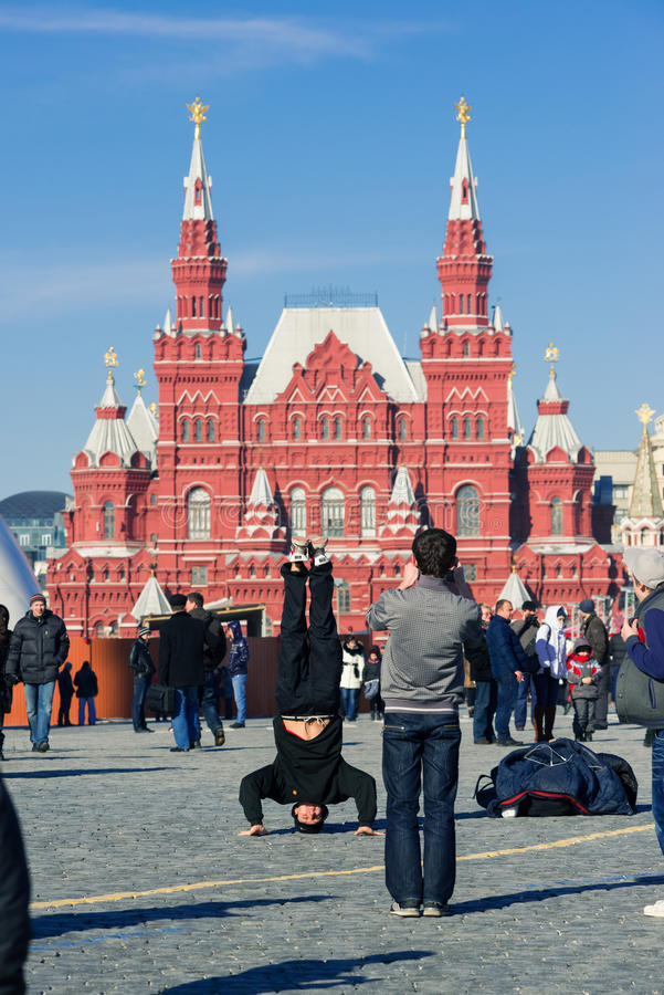 Adolescentes que dançam o hip-hop no quadrado vermelho em Moscovo imagem de stock