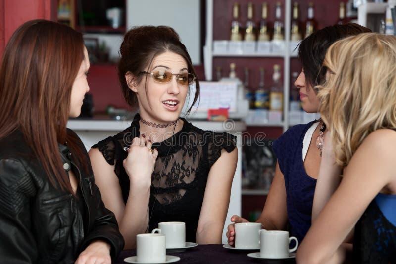 Adolescentes que encontram-se em um café fotografia de stock