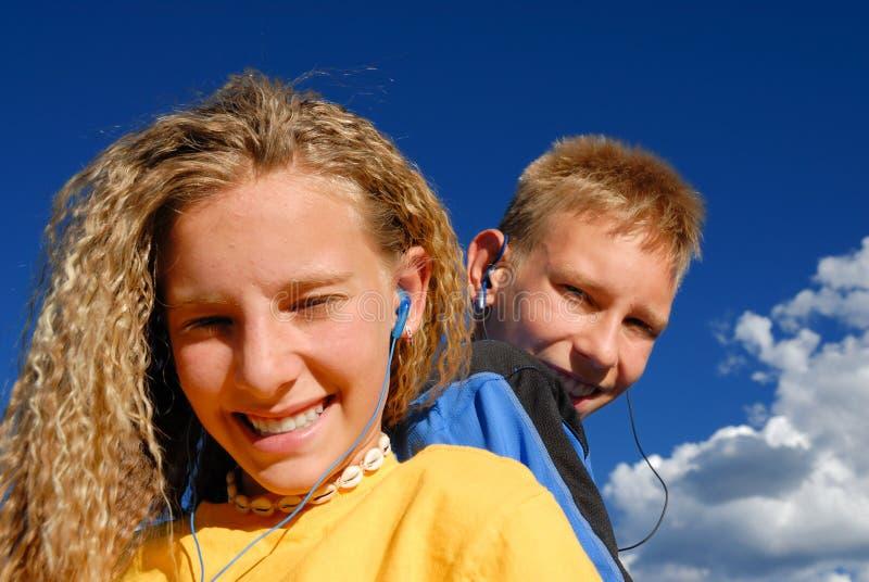 Adolescentes que escutam a música imagem de stock royalty free