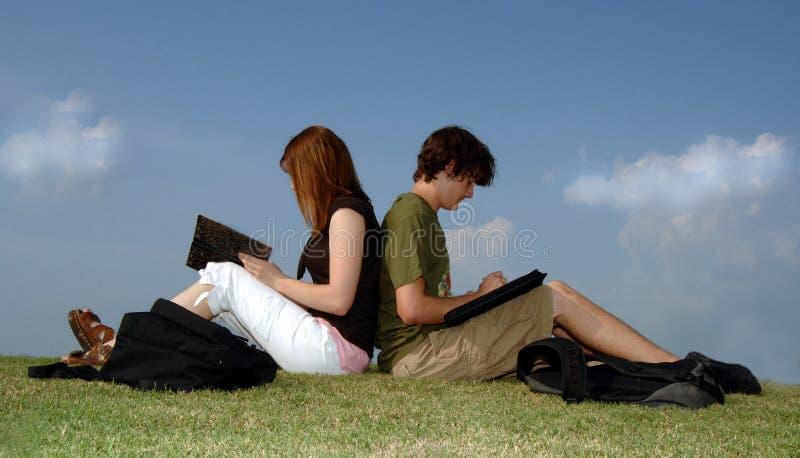 Adolescentes que estudam ao ar livre imagens de stock royalty free