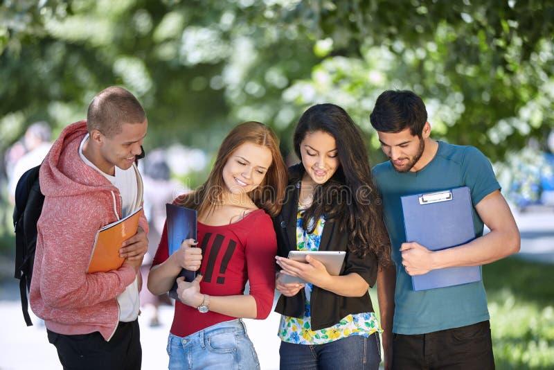 Adolescentes que estudam fora imagens de stock