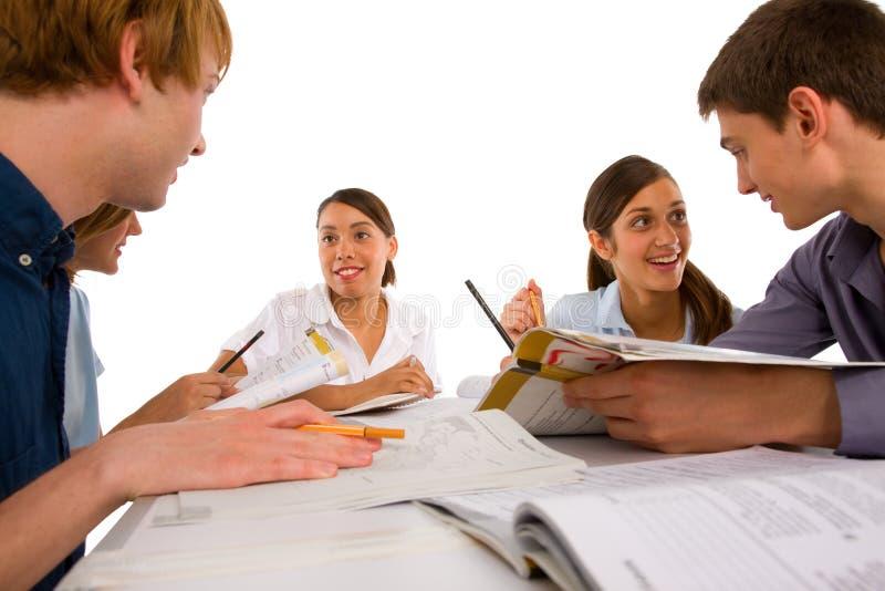 Adolescentes que estudian junto imagen de archivo