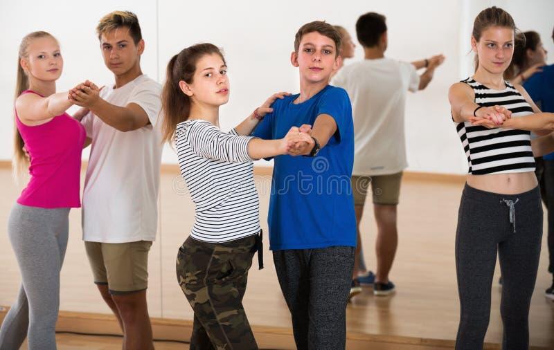 Adolescentes que estudian junto de danza del socio fotos de archivo