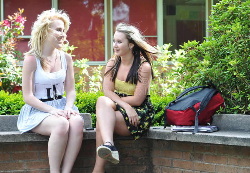Adolescentes que falam na parte dianteira fotografia de stock royalty free