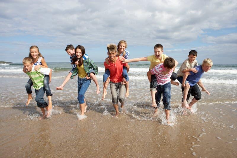 Adolescentes que jogam às cavalitas foto de stock royalty free