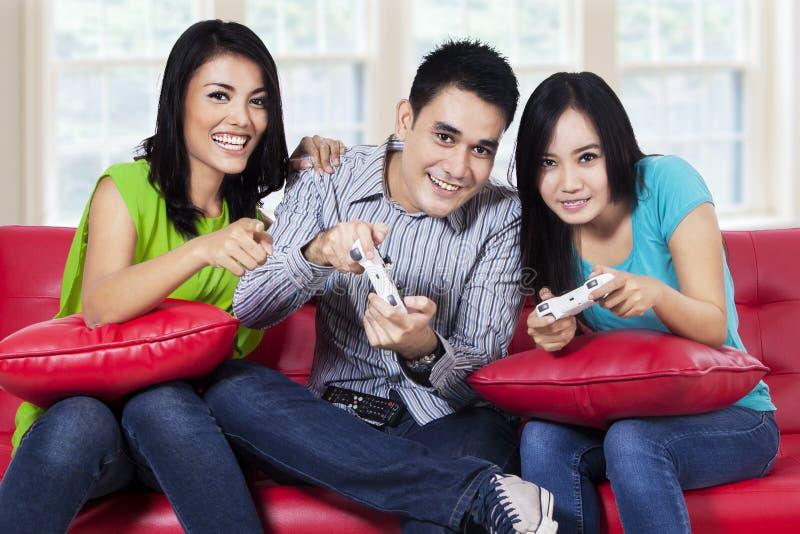 Adolescentes que jogam jogos de computador imagem de stock
