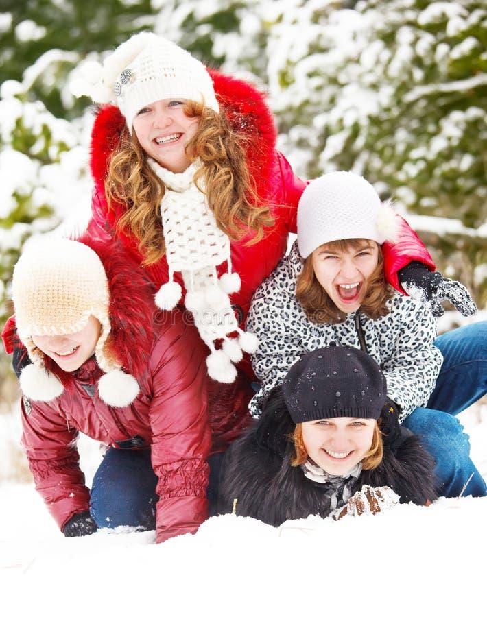 Adolescentes que jogam na neve fotografia de stock