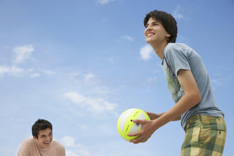 Adolescentes que juegan a voleibol de playa fotos de archivo libres de regalías
