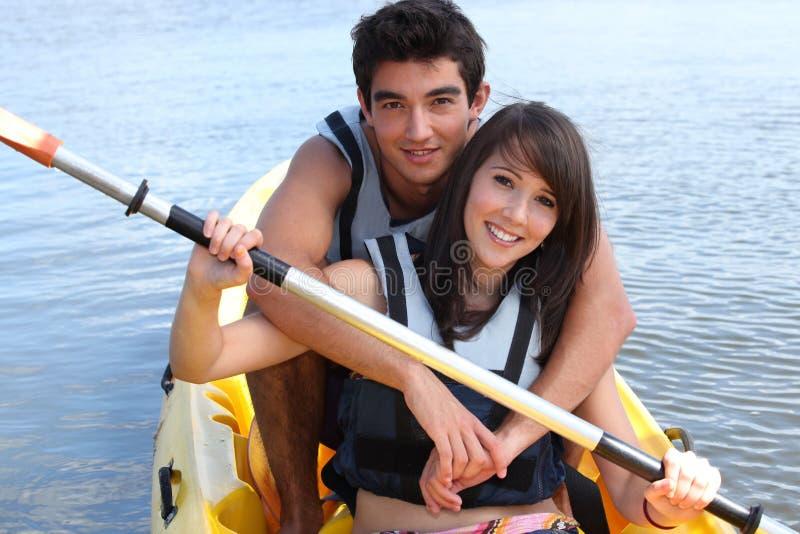 Adolescentes que kayaking fotos de stock royalty free