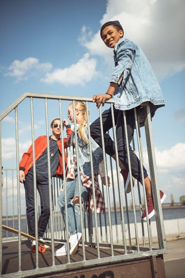 Adolescentes que passam o tempo no parque do skate foto de stock royalty free