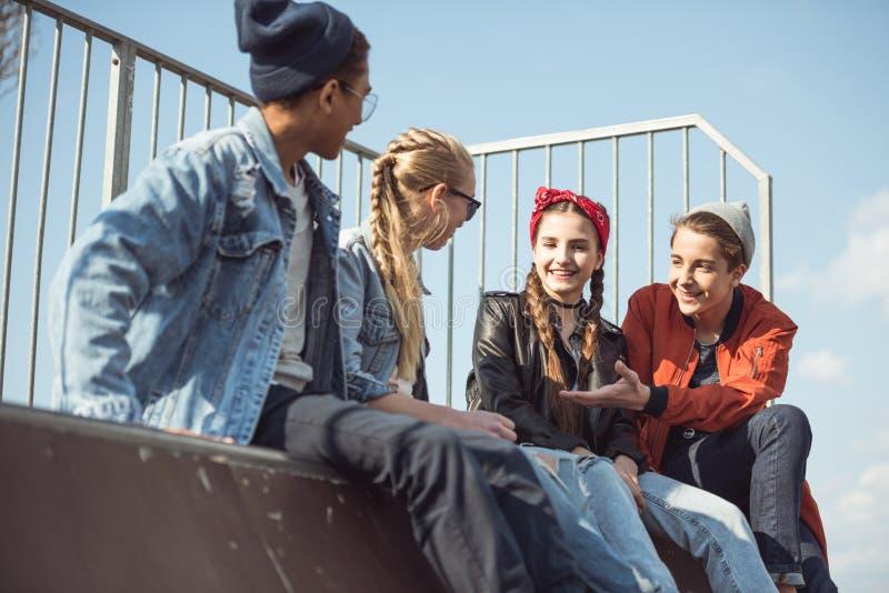 Adolescentes que passam o tempo no parque do skate fotografia de stock royalty free