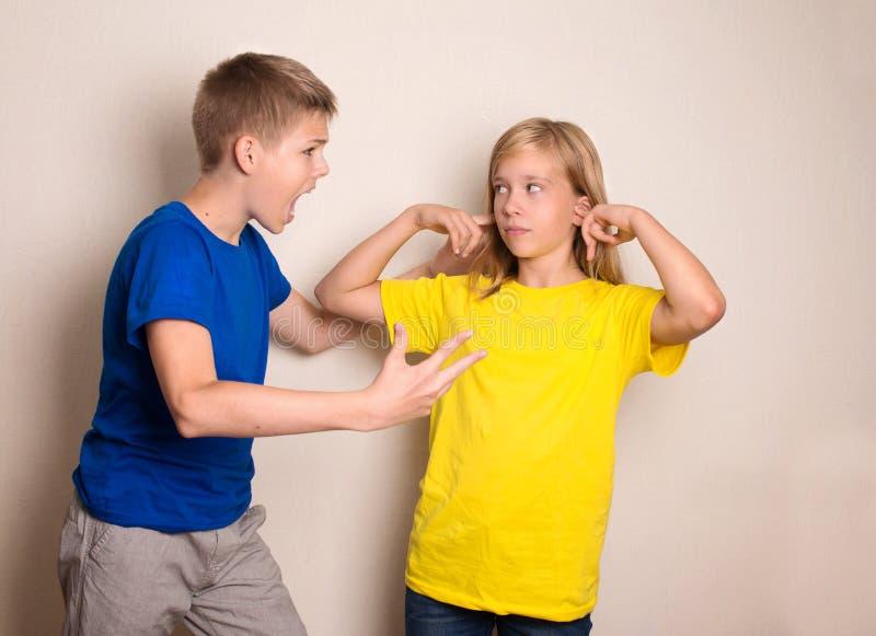 Adolescentes que pelean Concepto humano negativo de las emociones imagen de archivo