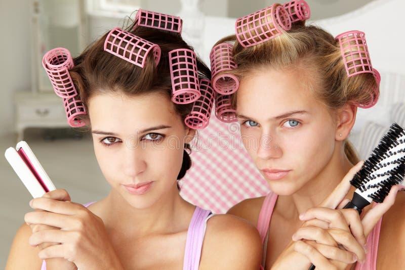Adolescentes que puxam um pose com equipamento da beleza foto de stock royalty free