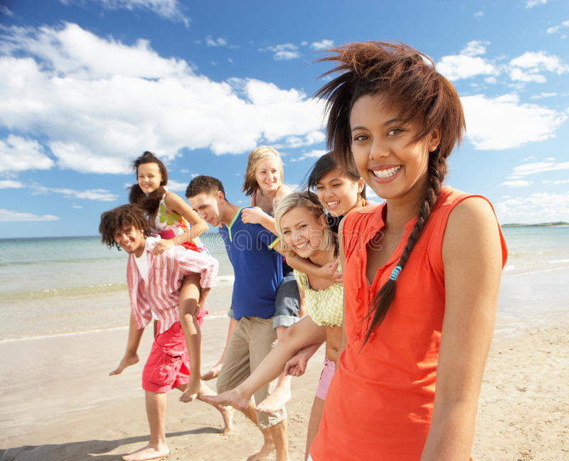 Adolescentes que recorren en la playa foto de archivo