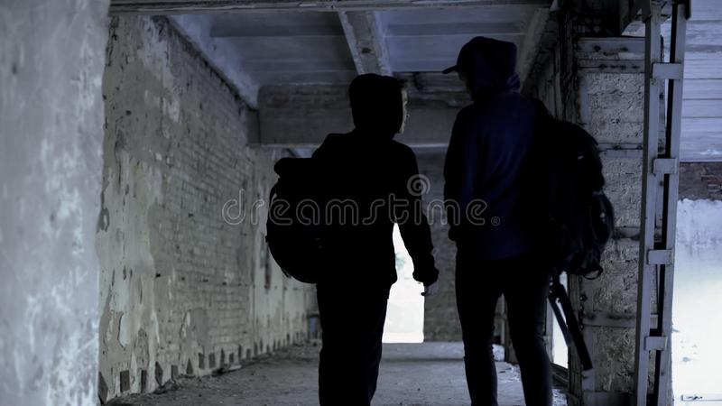 Adolescentes que saltan las clases en casa abandonada, falta de extremo en vida, caminando imágenes de archivo libres de regalías