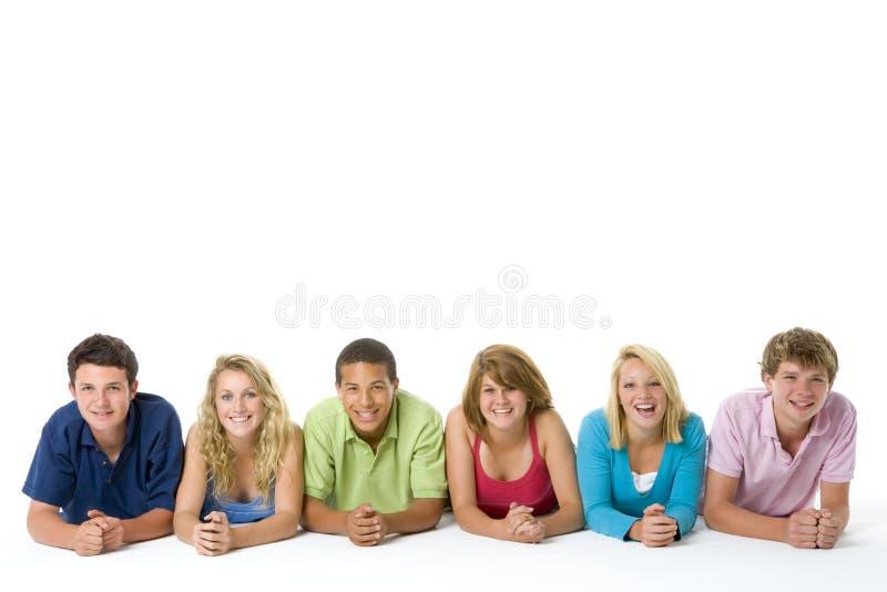 Adolescentes que se acuestan en una fila foto de archivo libre de regalías