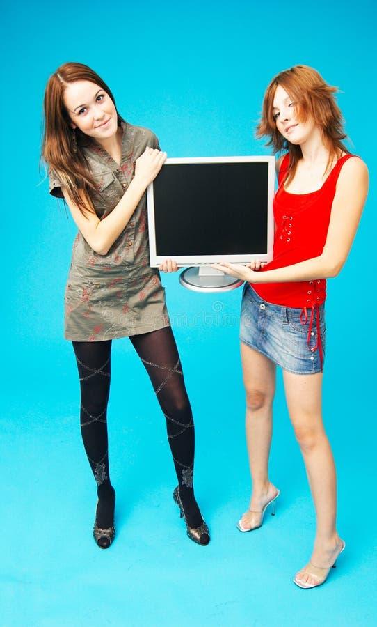 Adolescentes que sostienen el monitor 2 imagen de archivo libre de regalías