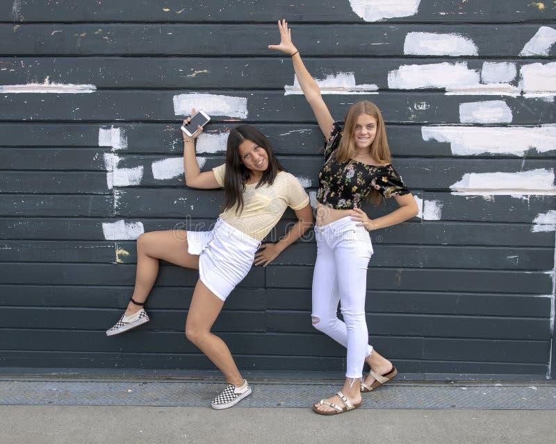 Adolescentes que têm o divertimento que levanta fora do aquário de Seattle imagem de stock