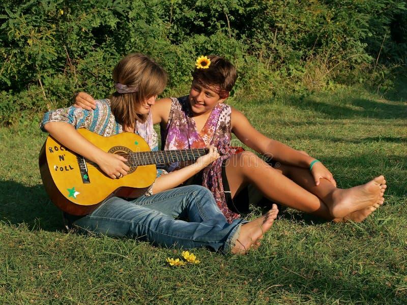 Adolescentes que tocan la guitarra foto de archivo libre de regalías