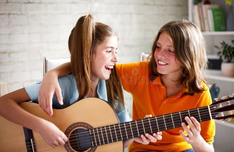 Adolescentes que tocan la guitarra imagenes de archivo