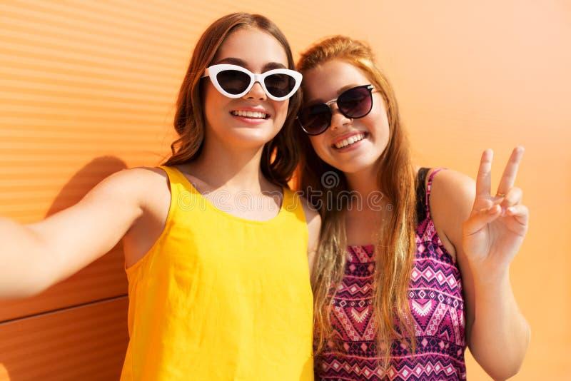 Adolescentes que toman el selfie en verano fotografía de archivo