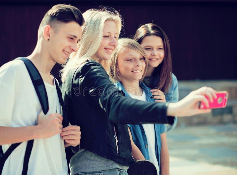 Adolescentes que toman imágenes de ellos mismos en smartphone fotografía de archivo libre de regalías