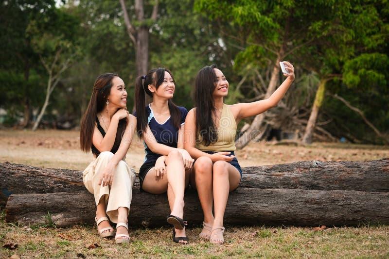 Adolescentes que toman selfies foto de archivo