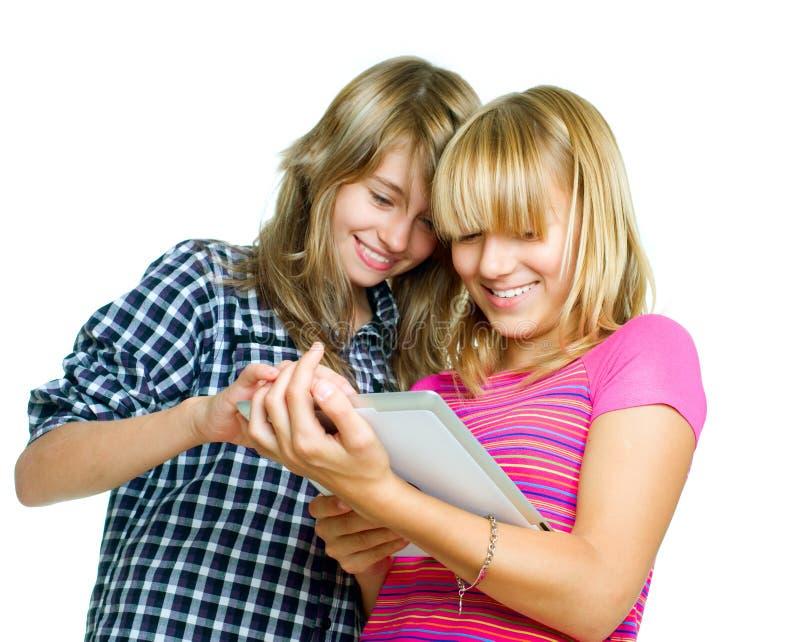 Adolescentes que usan la PC de la tablilla