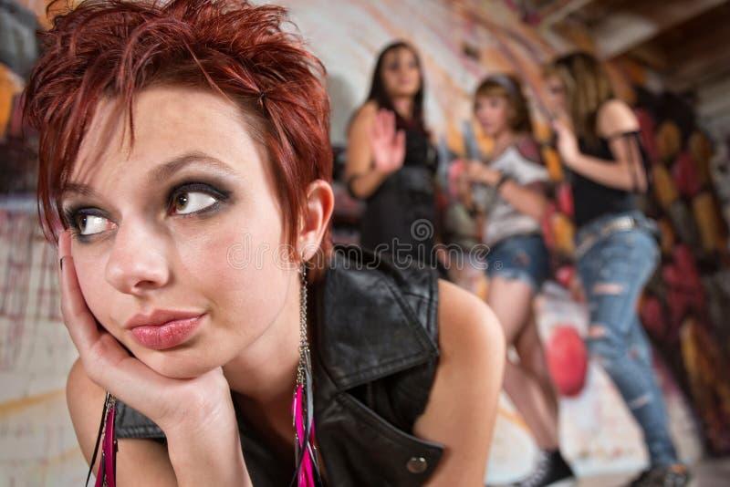 Adolescentes que zombam a mulher fotografia de stock