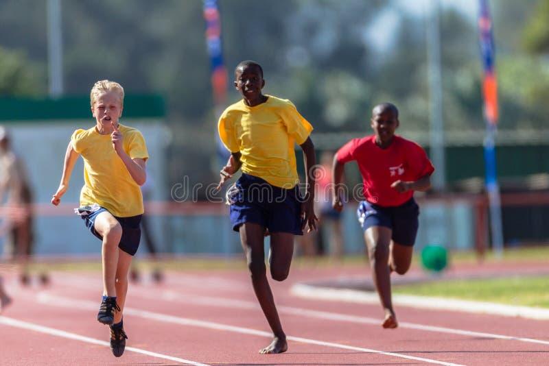 Adolescentes Sprint del atletismo fotos de archivo