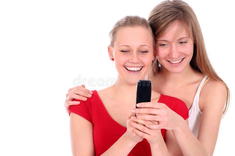 Adolescentes usando o telefone de pilha foto de stock
