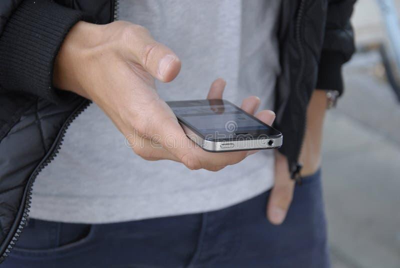 ADOLESCENTES Y SMARTPHONE IPHONES DE DENMARK_DANISH imagenes de archivo