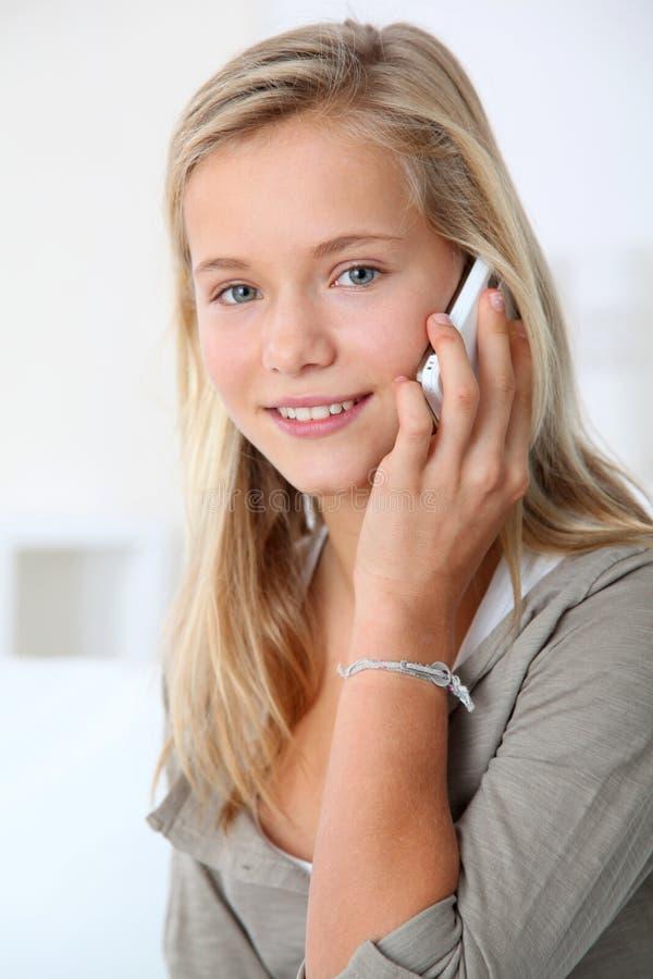Adolescentes y teléfonos móviles imágenes de archivo libres de regalías