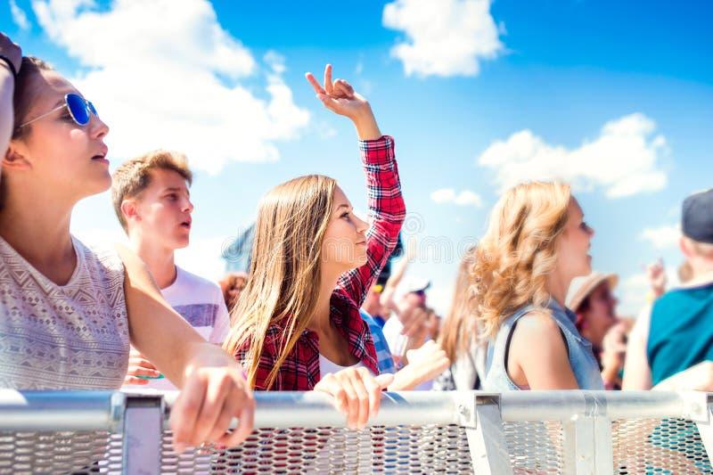 Adolescenti al dancing ed al canto di festival di musica di estate fotografia stock libera da diritti