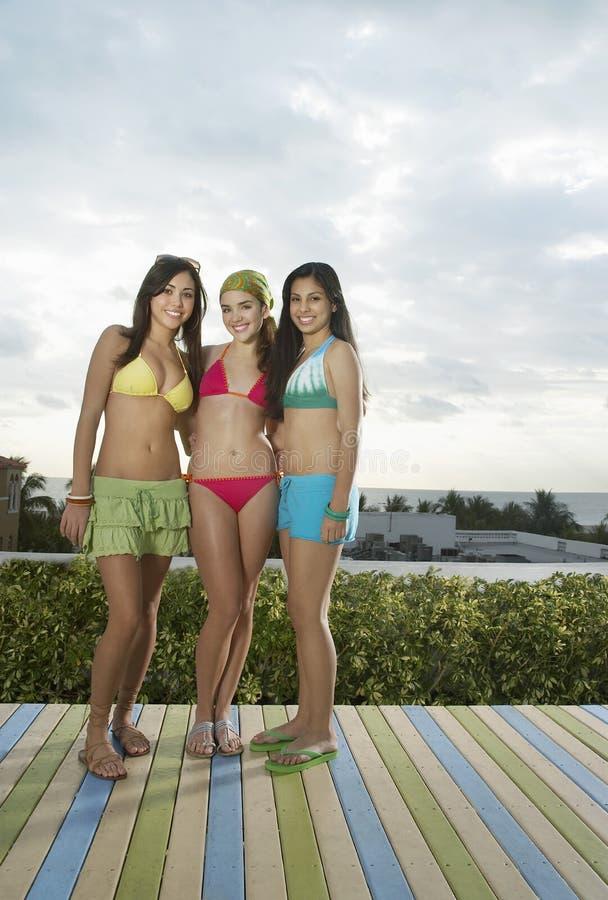 Adolescenti in bikini sulla piattaforma immagini stock