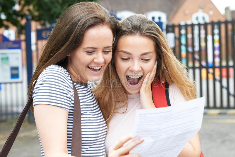 Adolescenti che celebrano i risultati dell'esame immagini stock libere da diritti