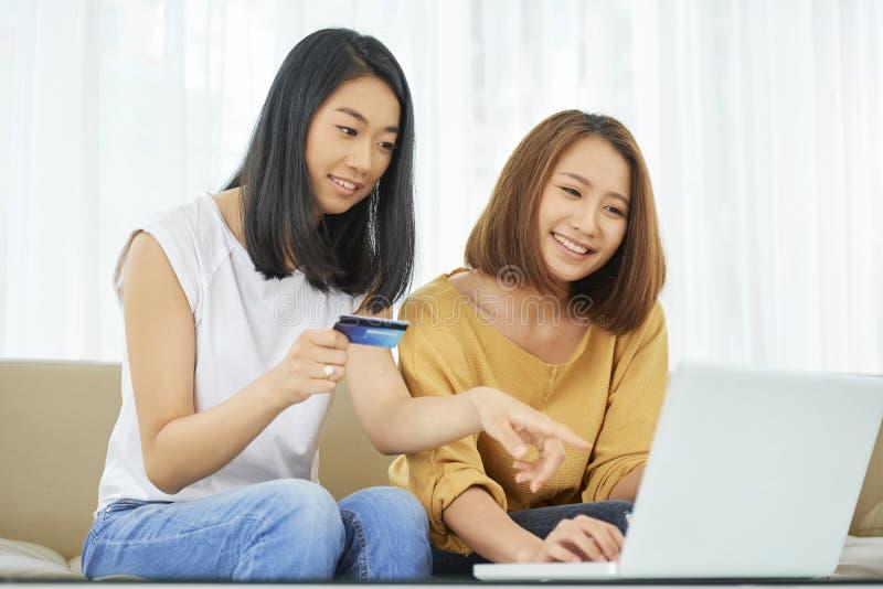 Adolescenti che comperano online immagine stock