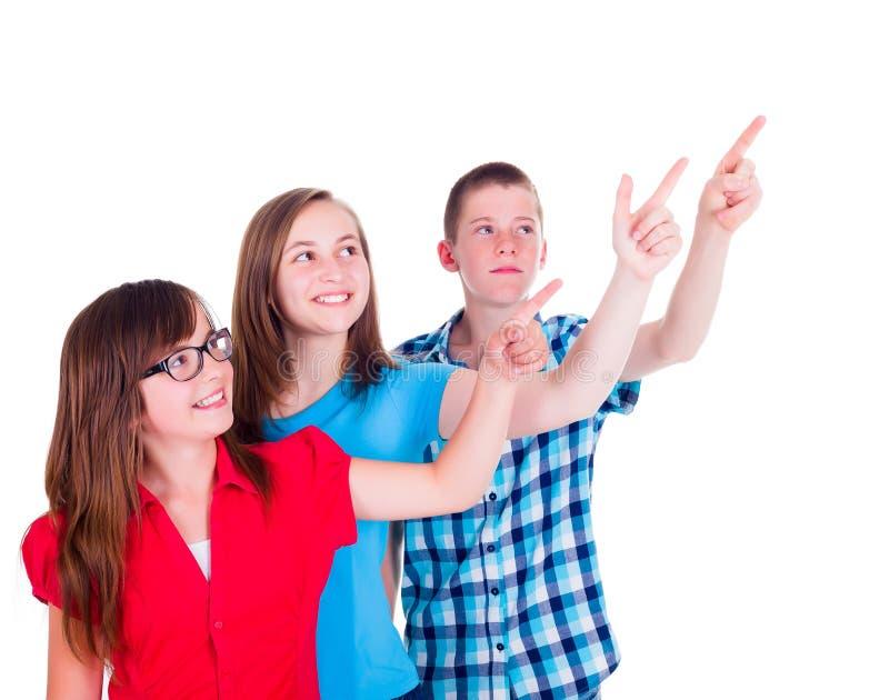 Adolescenti che indicano e che rispettano lo spazio della copia fotografia stock libera da diritti