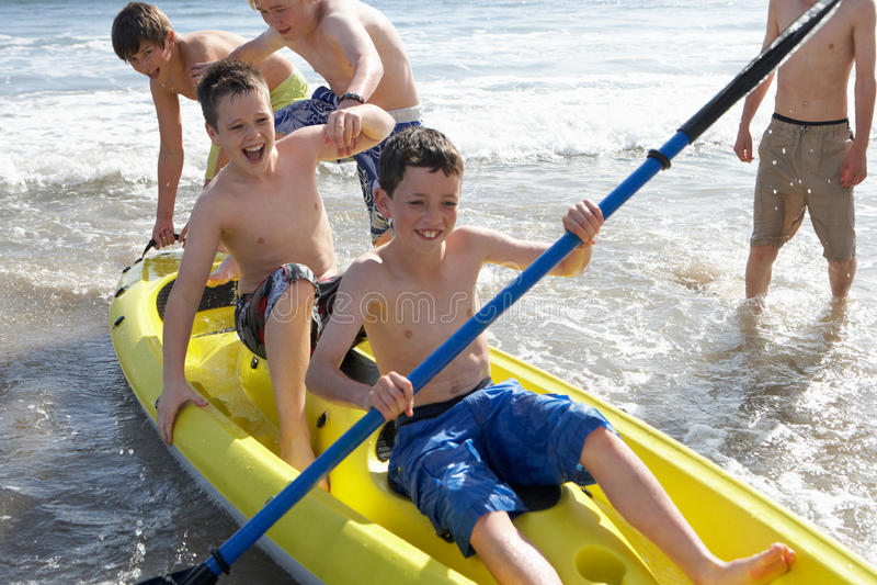 Adolescenti che kayaking fotografie stock