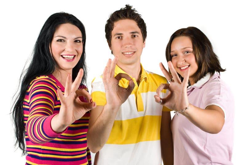 Adolescenti che mostrano segno giusto immagini stock