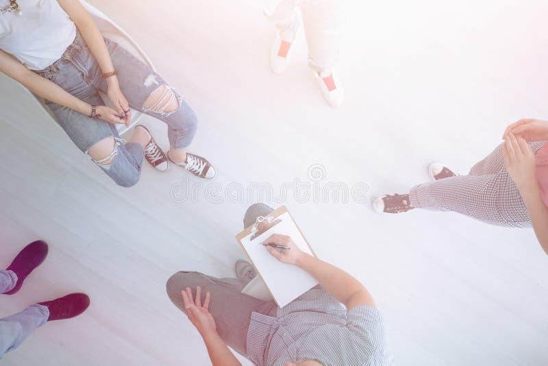 Adolescenti che parlano con il consulente di orientamento immagine stock libera da diritti