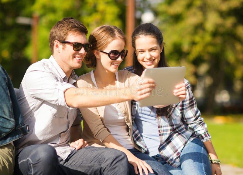 Adolescenti che prendono foto fuori immagini stock