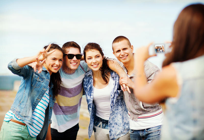 Adolescenti che prendono foto fuori immagini stock libere da diritti