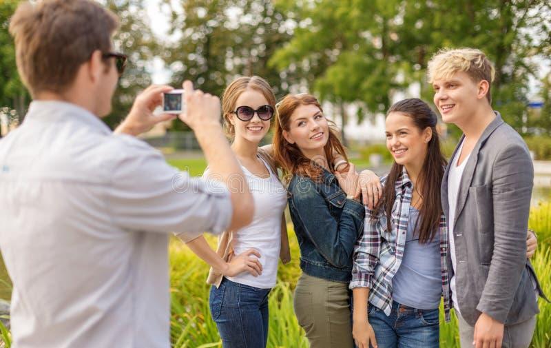Adolescenti che prendono la macchina fotografica digitale della foto fuori immagini stock libere da diritti