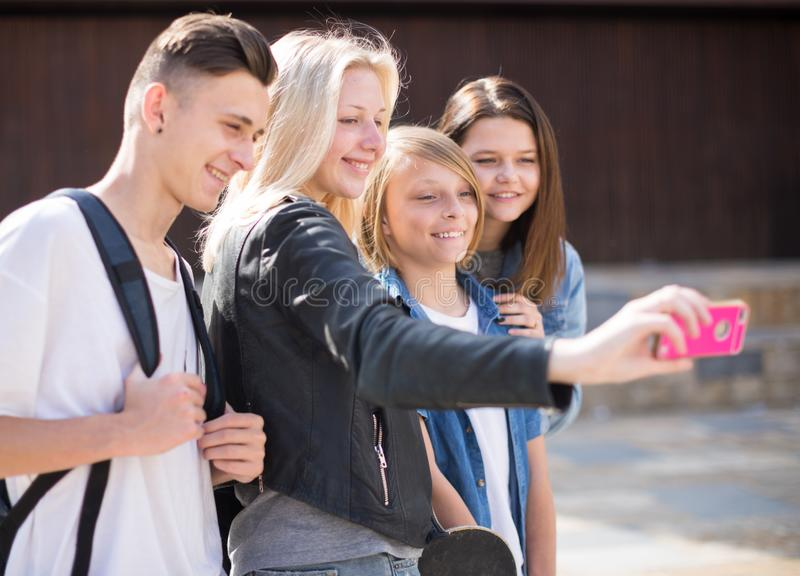 Adolescenti che prendono le immagini se stessi sullo smartphone fotografia stock